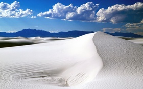 Обои песок, пейзаж, пустыня, облака, горы, лучи