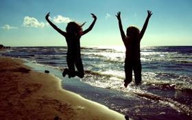 Обои песок, прыжок, пляж, небо, солнце, Двое, море
