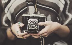 Обои кольца, руки, фотоаппарат, объектив, пальцы