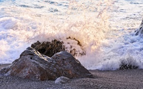 Обои брызги, камни, пляж, волна, море