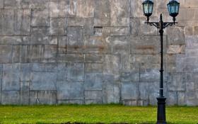 Обои трава, стена, фонарь