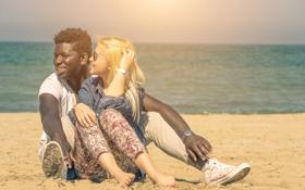 Обои beach, couple, look, attraction