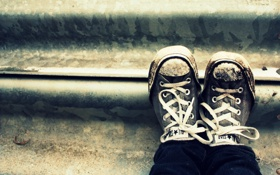 Обои шнурки, ступеньки, shoes, грязь, кеды, креатив, обувь