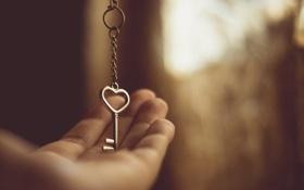Обои сердце, ключ, ладонь