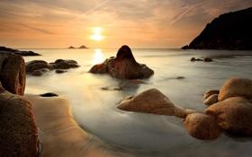 Обои песок, море, солнце, камни, морской пейзаж