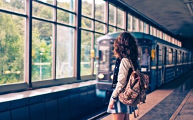 Картинка девушка, метро, вагон, Москва, рюкзак, платформа, metro