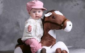 Обои дети, фото, шапка, лошадь, игрушка, младенец
