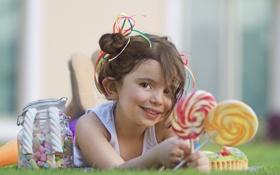 Обои ребенок, трава, конфеты, лежит, девочка