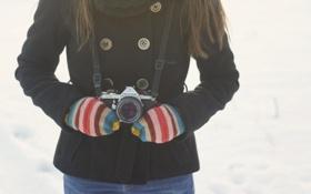 Обои зима, полоски, камера, фотоаппарат, пальто, варежки