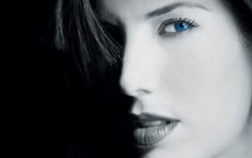 Картинка девушка, лицо, темный фон, губы, синие глаза
