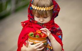 Обои клубника, девочка, платок, ребёнок, горшочек