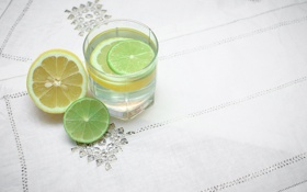 Обои стакан, стол, лимон, лайм, цитрусы