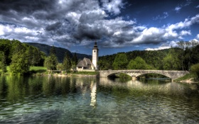 Картинка лес, облака, деревья, горы, мост, озеро, дом