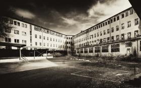 Обои фото, фон, обои, здание, чёрно-белое, площадка, заброшенное