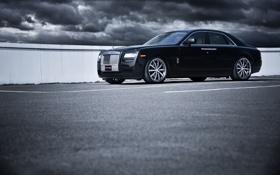 Картинка небо, тучи, чёрный, Rolls-Royce, парковка, Ghost, black