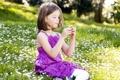 Картинка маргаритки, поле, сидит, девочка