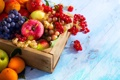 Картинка абрикосы, яблоки, ящик, смородина, виноград, фрукты, ягоды