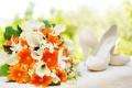 Картинка цветы, букет, туфли, белые, оранжевые, хризантемы, каллы
