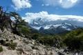 Картинка небо, облака, снег, деревья, горы, камни, вершины