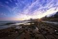 Картинка море, закат, город, камни, берег, лужи, мель