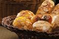 Картинка стол, корзина, хлеб, орехи, сдоба, булочки