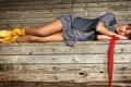 Картинка девушка, скамейка, лежит, ножки, жилетка, платьице