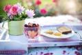 Картинка цветы, стакан, ягоды, стол, завтрак, тарелка, хлеб