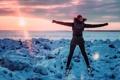 Картинка зима, девушка, снег, радость, прыжок, мороз, Россия