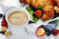 Картинка пена, кофе, клубника, кружка, салфетка, круассаны, сухарики