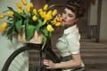 Картинка девушка, цветы, ретро, прическа, желтые тюльпаны