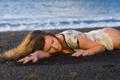 Картинка море, пляж, девушка, берег, платье, шатенка, кудри