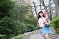 Картинка девушка, улыбка, фон, настроение, кофе, юбка, фотоаппарат