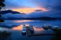 Картинка небо, облака, горы, озеро, корабли, вечер, причал