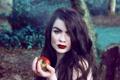 Картинка девушка, яблоко, взгляд