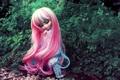 Картинка кусты, сидит, розовые, кукла, игрушка, длинные волосы