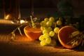Картинка виноград, апельсины, полумрак, бокалы, фрукты, стол, дольки
