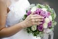 Картинка рука, розы, кольцо, свадебный букет