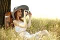 Картинка трава, девушка, лицо, улыбка, дерево, шляпа, фотоаппарат