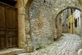 Картинка дом, стена, камень, дверь, арка, ставни, мостовая