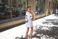 Картинка девушка, улица, ноги, футболка
