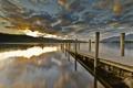 Картинка закат, облака, солнце, причал, пристань, озеро, доски
