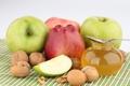 Картинка мёд, баночка, грецкие орехи, яблоки. фрукты