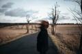 Картинка дорога, девушка, ветер, волосы