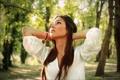 Картинка девушка, деревья, блики, вверх, брюнетка, смотрит, боке