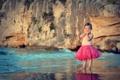 Картинка песок, пляж, вода, улыбка, розовая, берег, юбка