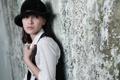 Картинка девушка, стена, шляпка