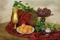 Картинка листья, виноград, ваза, абрикос, скатерть