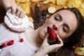 Картинка девушка, печенье, клубника
