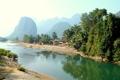Картинка туман, тропики, река, пальмы, холмы, деревня, поселение