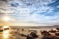 Картинка море, небо, солнце, облака, лучи, камни, берег